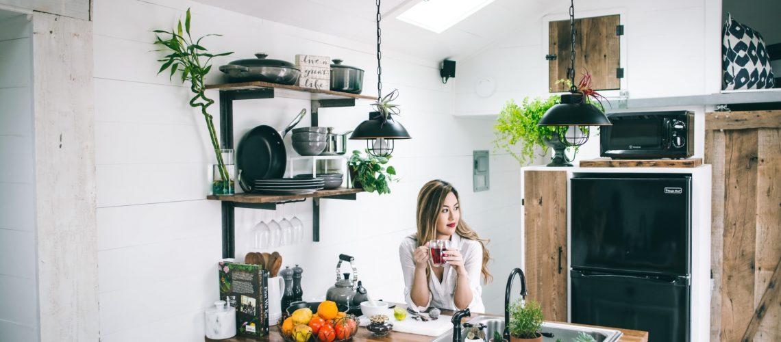 donna in una cucina piena di piante